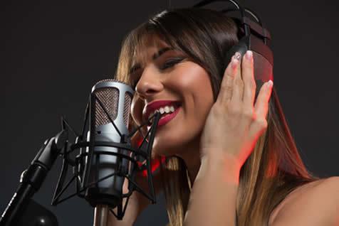 歌う海外女性